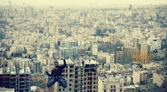 فریادهای گوش خراش مجری تلویزیون به وقت بازی با مرگ چند پسر جوان ایرانی/اگر فوبیای ارتفاع دارید، قید دیدن این ویدیو را بزنید