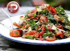 """سالاد خوش آب و رنگی که می تواند غذای سبک و پرخاصیت یا پیش غذایی مناسب باشد؛ طرز تهیه سالاد یونانی """"فتوش"""" با سس مخصوص"""