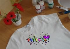 تی شرت هایتان را به هر رنگ و نقشی که دوست دارید درآورید؛ آموزش مرحله به مرحله رنگ آمیزی تی شرت