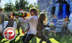 درگیری بین باحال ترین دخترها و پسرها در  بزرگترین نبرد دنیا اما با تفنگ آب پاش