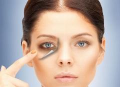 مشکلی که شاید اغلب ما درگیرش باشیم؛ سالم ترین راه برای درمان تیرگی و گودی زیر چشم