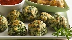 یکی از ساده ترین پیش غذاهایی که می تواند حتی یک شام سبک باشد؛ طرز تهیه توپ های بامزه اسفناجی، سریع و با مواد کم