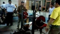 لحظه دردآور سقوط وزنه بر روی سر ورزشکار در مسابقات پرس سینه تهران + فیلم