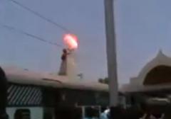 برق گرفتگی مرگبار و جزغاله شدن یک مرد روی واگن های قطار + فیلم