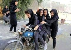لحظه شاخ به شاخ دو دختر دبیرستانی موتورسوار در خیابان + فیلم