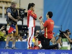 خواستگاری از نایب قهرمان چینی شیرجه المپیک روی سکوی مدال و شنیدن جواب مثبت! + فیلم