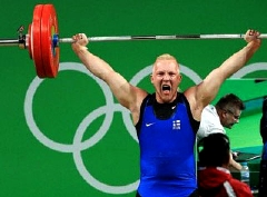وزنه بردار فنلاندی وسط مسابقه غش کرد + فیلم
