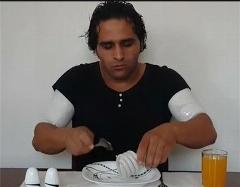 وقتی یک پسر ایرانی لامپ کم مصرف می خورد+فیلم