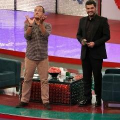 وقتی لباس سام درخشانی سوژه شیطنت های جناب خان می شود! با تماشای این قسمت از خندوانه با حضور سام درخشانی و جناب خان، از شدت خنده دل درد می گیرید