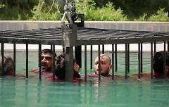 اعدام چهار مرد در قفس کوسه ها توسط داعش+فیلم