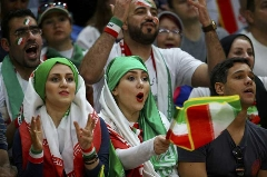 مصاحبه با تماشاگران جهانی شده ایرانی در المپیک؛ والیبالیست های ایرانی از امید به صعود می گویند + فیلم