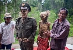 وقتی مردم جنازه عزیزانشان را از زیر خاک بیرون می کشند/ترسناک ترین فستیوال دنیا+فیلم