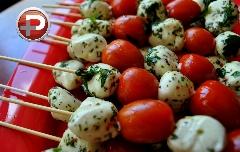 پیش غذایی که به وجدتان می آورد؛ خلال گوجه و پنیر به زیباترین شکل ممکن!