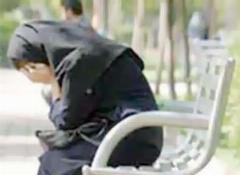 رفتار غیراخلاقی پسرهای هوس باز با زن جوان در پارک