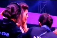 فیلم: کتک خوردن ستاره زن سینما در برنامه زنده به دلیل پوشش نامناسب