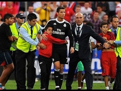 لحظه هایی کاملا احساسی و رومانتیک در فوتبال /زمانی که کودکان قهرمانان خودرا از نزدیک میبینند