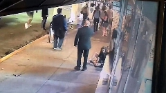 فیلم مُشت وحشیانه یک مرد به صورت زنی در خیابان