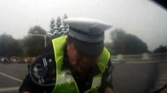 اقدام ناشایست راننده مست با مامور پلیس ! + فیلم