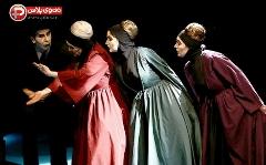 زن هایی که شوهرشان را کشتند/ تئاتری که همه برایش سرودست می شکانند و تمام ایران را درنوردیده است/ خاک صحنه تقدیم می کند