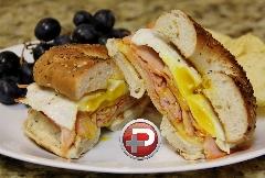 این صبحانه خاص را تا بحال هیچ جا ندیدید! / ساندویچ تخم مرغ و ژامبون با سُس مخصوص، صبحانه ای که هوش از سرتان می برد