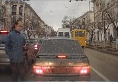لحظه برخورد دردناک اتوبوس با پسر جوان در خیابان/عاقبت چک کردن موبایل حین عبور از خیابان+فیلم