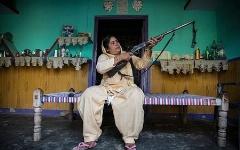 این زن بیوه با تفنگ به مردان دزد ناموس حمله می کند!