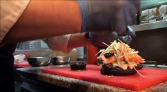 جشن تولد دختری که گرانترین همبرگر دنیا را با روکش طلا می خورد