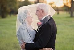 زوجی که برای عکس عروسیشان 70 سال انتظار کشیدند