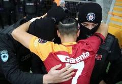 شادی بعد از گل عجیب؛ آقای فوتبالیست در آغوش پلیس/احترام به قربانیان انفجارهای ترکیه
