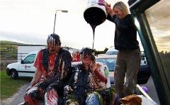 شاید با دیدن این مراسم ازدواج حالت تهوع بگیرید!/عروس و دامادهایی که خروارها آشغال و لجن روی سرشان ریخته می شود/رسم و رسومی عجیب برای زوج های اسکاتلندی