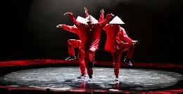 این ویدیو شما را سرجایتان میخکوب می کند؛ رقص بی نظیر این قرمزپوش ها را حتما ببینید