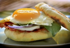 یک صبحانه خوشمزه برای شروع یک روز پر انرژی، طرز تهیه ساندویچ سالامی در پنج دقیقه