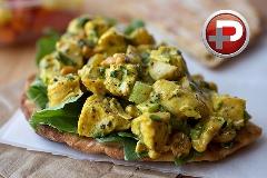 این سالاد خوشمزه هم یک غذای کامل است و هم بهترین گزینه برای کنار غذا؛ آموزش تهیه سالاد مرغ کاری با کمترین مواد اولیه