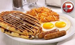با این صبحانه خوشمزه و مقوی در کل روز  پر انرژی هستید؛ آموزش تهیه ساندویچ پنکیک با شکلات و کره بادام زمینی