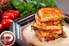 یک صبحانه و میان وعده عالی که معتادش می شوید/ آموزش تهیه تُست پنیر و گوجه فرنگی