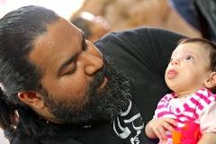 رضا صادقی فرزندخوانده اش را در آغوش گرفت+فیلم