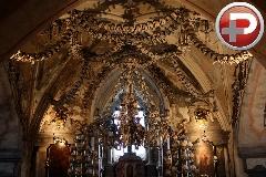 جنازه هایی که بعد از مُردن شان هم پول درمی آورند!/ توریستی ترین کلیسای اروپا در محاصره مردگان