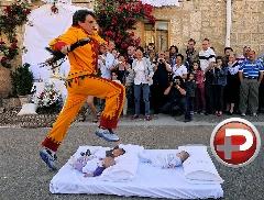 جشنواره ای عجیب که نوزادان را تا مرز مردن می برد!/ رسمی خطرناک در اسپانیا برای دور کردن شیاطین از نوزادان