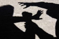 دو زورگیر قصد سرقت کیف زنی در مکزیک را داشتند که یکی از آنها به طور اتفاقی با ضربه همدست خود کشته میشود.