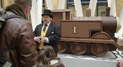 لندن میزبان قطار غولپیکر شکلاتی شد/قطار ۱۴۰ کیلوگرمی شکلاتی در ایستگاه «کینگز کراس» لندن ساخته شد.