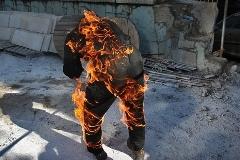 لحظه خودسوزی یک مرد جلوی دادگاه/مرد 38 ساله خودش را جلوی دادگاه به آتش کشید.