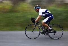 دوچرخهسواری که بدون رکاب زدن از بقیه پیش افتاد!