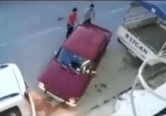 جدیدترین روش پارک دوبل!/ روش جالب یک راننده برای پارک کردن خودرویش بین دو خودروی دیگر را مشاهده میکنید.