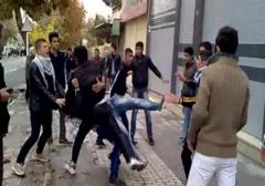 لحظه دعوای عجیب 2 گروه از پسران جوان/ جوانان دو محله ی جداگانه در کشور مجارستان به کتک کاری پرداختند.