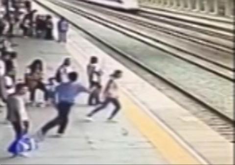 نجات زنی که قصد داشت خودش را زیر قطار بیاندازد