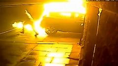 لحظه به آتش کشیده شدن ماشین زن جوان در پارکینگ خانه/دو مرد جوان ماشین زن جوان را در پارکینگ خانه اش به قصد انتقام به آتش کشیدند