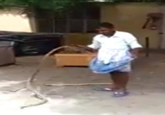 جاسازی عجیب یک مار در لباس/یک مرد هندی به طرز عجیبی مار بزرگی را در لباس خود جاسازی میکند.