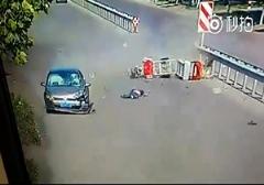 پرواز موتورسوار هنگام تصادف با خودرو /بیاحتیاطی یک موتورسوار هنگام گردش به چپ باعث مجروحیت او شد