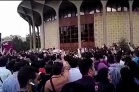 جشن پیروزی هواداران روحانی در چهارراه ولیعصر تهران