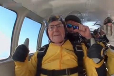 جشن تولد ۱۰۱سالگی با پرش از ارتفاع ۴۵۰۰ متری!